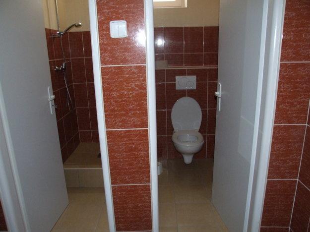 Vynovená toaleta a sprcha, ktorá sa spomína v anonyme.
