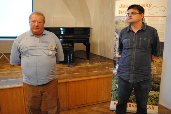 Jaroslav Zelinka aRadoslav Turik. Stoja za historickým seminárom.