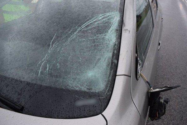 Auto bolo po zrážke s chodcom viditeľne poškodené.