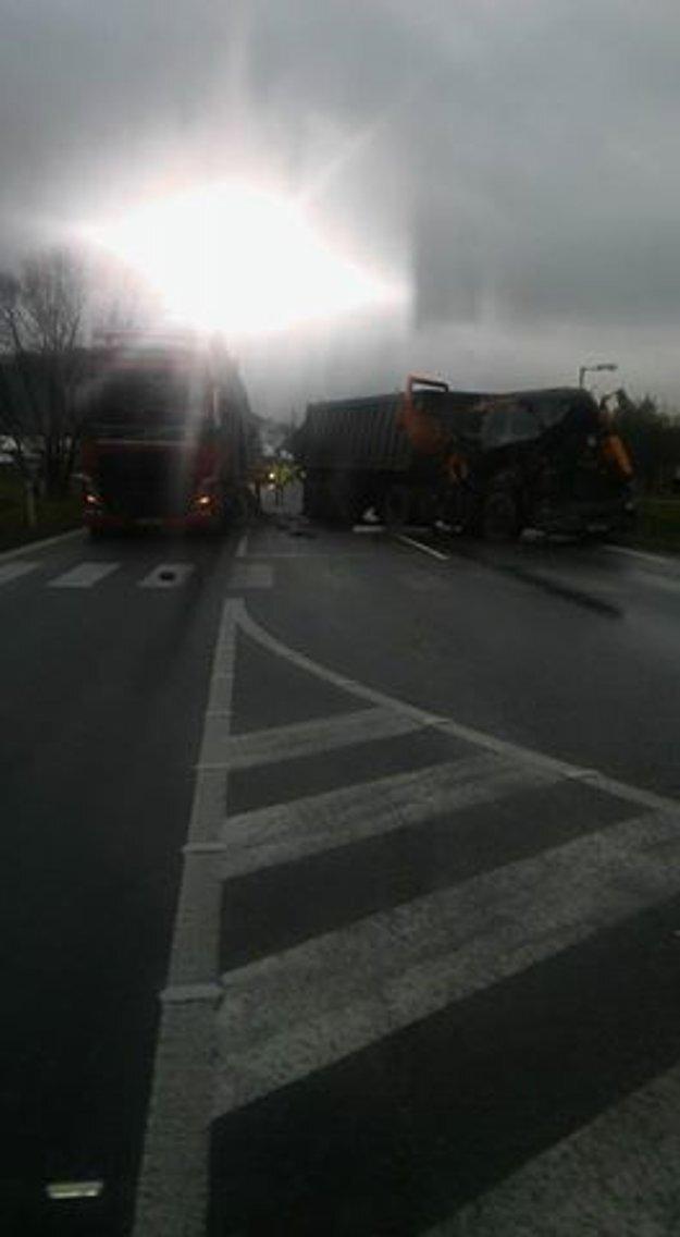 Nehoda dopravu poriadne komplikuje.