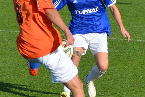 Denis Jančovič (v modrom) je zatiaľ jednoznačne najlepším strelcom súťaže VI. ligy a zároveň svojimi gólmi zariadil prvé miesto Kuzmiciam po jesennej časti.