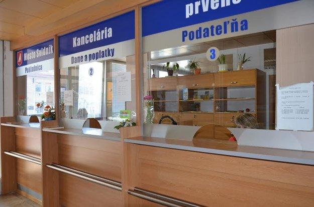 Terminál na kontrolu dochádzky sa nachádza vo vestibule pri kancelárii prvého kontaktu.