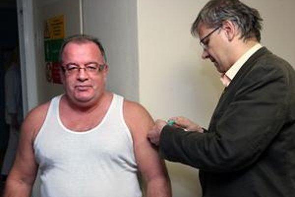 Hlavný hygienik Ivan Rovný (hore), prvý zaočkovaný Slovák, nemá po vakcíne žiadne vedľajšie účinky.