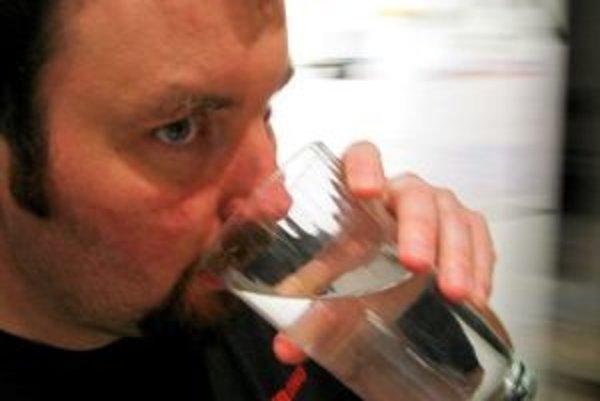 Smäd je varovným signálom organizmu a znamená, že náš pitný režim nie je kvalitný. Tekutiny je preto vhodné prijímať v pravidelných intervaloch počas celého dňa, nie nárazovo.