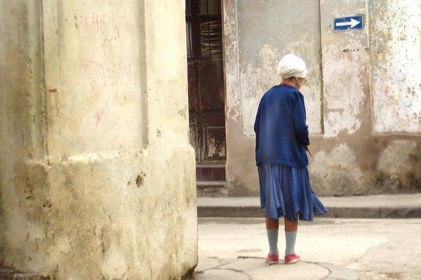 Osamelosť hrozí najmä starším ľuďom.