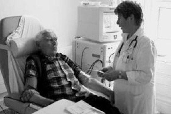 Pacienti s ochorením obličiek často končia na dialýze, ktorá im pomáha prečisťovať organizmus. Najlepšou alternatívou pre nich je transplantácia už nefunkčného orgánu. ILUSTRAČNÉ