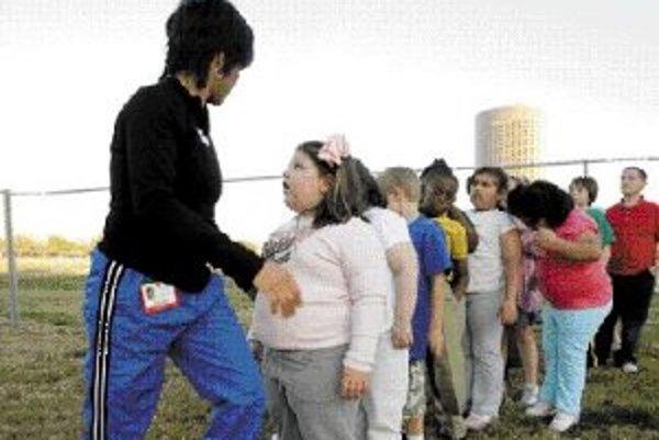 Nadváha detí je sčasti zapríčinená spoločenskou atmosférou a správaním rodičov a učiteľov.ILUSTRAČNÉ