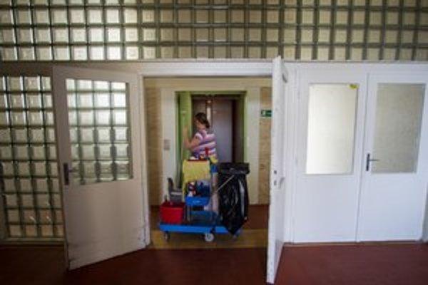 Upratovačky sa stali rukojemníkom sporu medzi nemocnicou a upratovacou firmou.