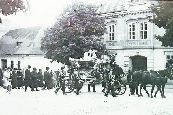 Medzi unikátne snímky patrí smútočný sprievod na Námestí sv. Mikuláša.