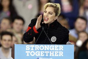 Lady Gaga mnohým počas prejavu v Clintonovej kampani pripomínala diktátora.