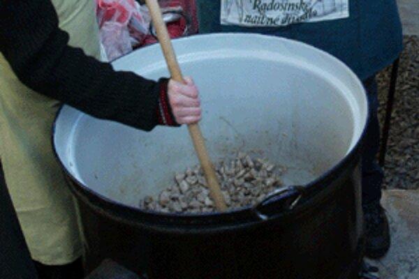 Predvianočné varenie kapustnice v Handlovej má už osemročnú tradíciu.