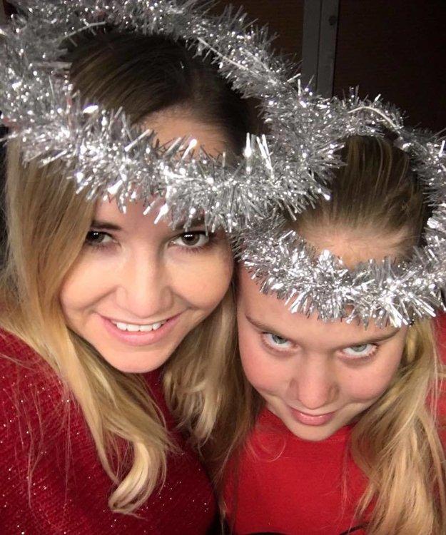 """Už sa naladili. Zuzana Haasová s dcérou Romankou sa už na najkrajšie sviatky v roku naozaj veľmi tešia. """"Nás už hrejú Vianoce, krb, červená, komín, manďošky, svetielka, divadlo HAAF pre deti, oprašujeme kostýmy – Mikulášsky autobus, dopísala som vianočnú rozprávku do knižky pre deti a hlavne prišiel ten pocit, ten je najdôležitejší,"""" pochválila sa herečka a speváčka."""