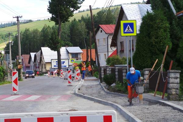 Obec budovala a opravovala chodník okolo hlavnej cesty.