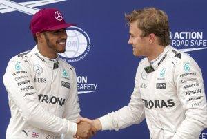 Lewis Hamilton (vľavo) a Nico Rosberg. Jeden z nich získa v tomto roku titul majstra sveta v F1.