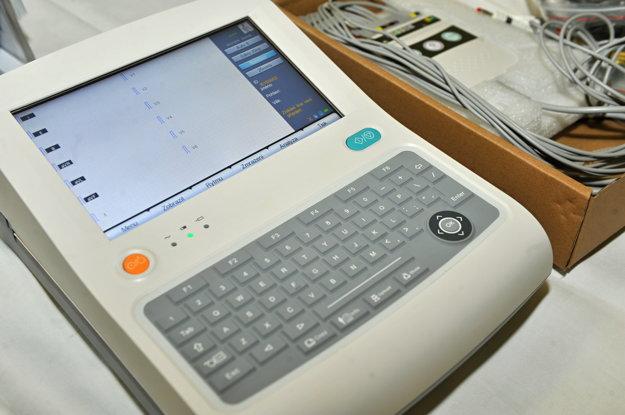 Moderný EKG prístroj zakúpený z príspevku MŠK Žilina.