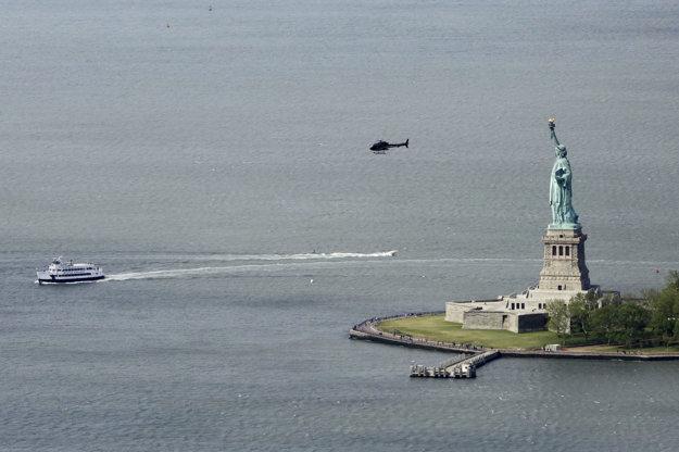 Pohľad na Sochu slobody z observatória na 104 poschodí One World Trade Center v New Yorku.