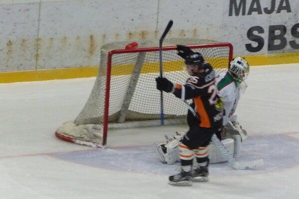 Gleb Luchnikov z Michaloviec sa teší po víťaznom samostatnom nájazde proti Patrikovi Romančíkovi zo Skalice.