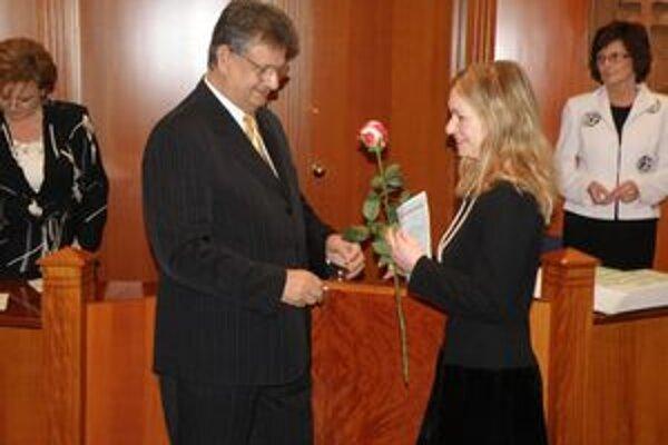 Osvedčenie si od Teodora Palkoviča prevzala aj poslankyňa Silvia Hrnková.