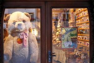 Veľký plyšový medveď vo výklade