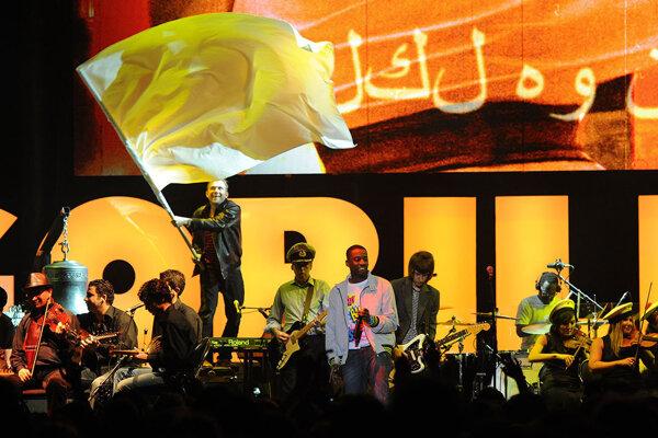 Damon Albarn (na snímke s vlajkou) otváral so sýrskymi hudobníkmi festival Glastonbury.