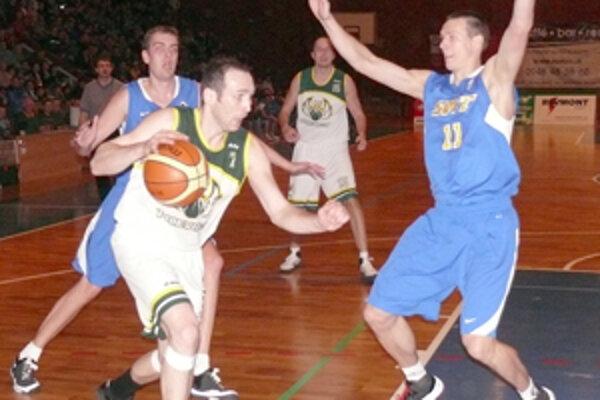 Prievidzský kapitán Viliam Ridzoň sa presadzuje cez hráčov Svitu.
