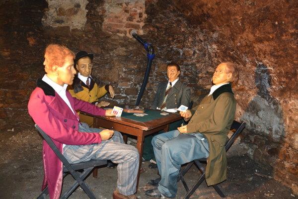 Výstava zobrazujúce ľudské katastrofy. Vľavo sedí Edward Morkade, muž sdvoma tvárami.
