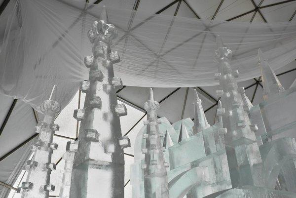 Detaily výzdoby ľadovej gotickej katedrály počas výstavby Ľadového dómu na Hrebienku vo Vysokých Tatrách.