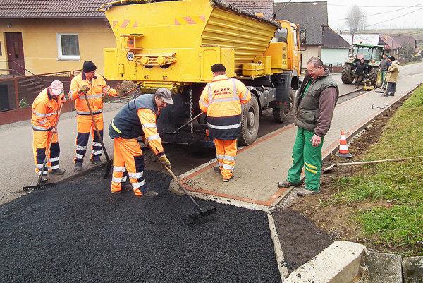 Cestári vyasfaltovali úsek, o ktorý sa rozšírila štátna cesta. Zamestnanci obce dorobili posledné úpravy.