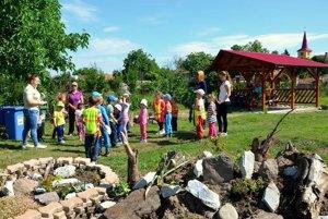 Občianske združenie sa zameriava na ekologické projekty. Jedným z nich je verejné kompostovisko v školskom areáli.
