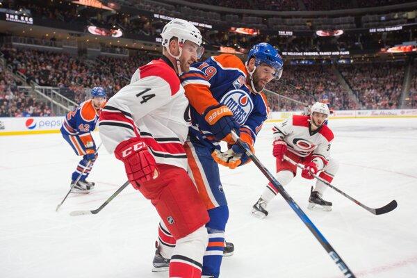 Jakub Nakládal (s číslom 14) si v NHL naposledy obliekal dres Caroliny Hurricanes.