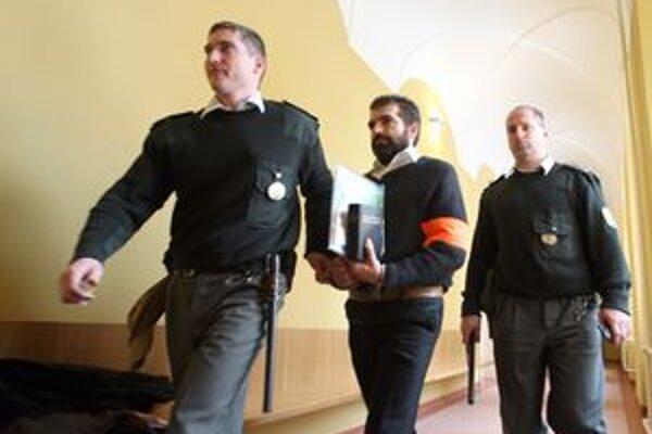 Jaromír Ruda prichádza na pojednávanie.
