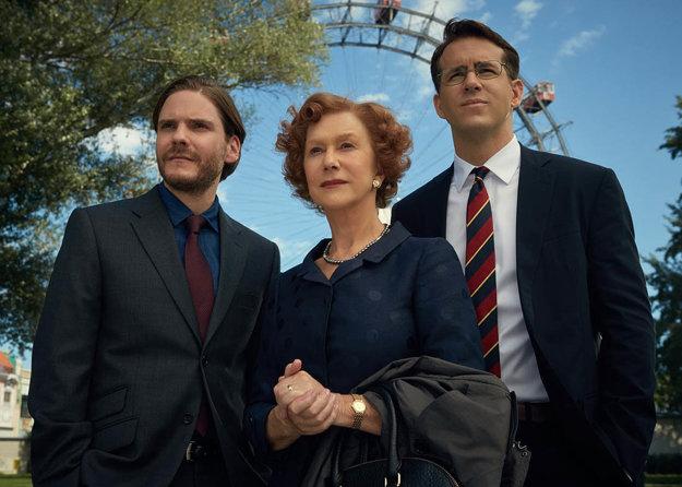 Helen Mirrenová, Daniel Brühl a Ryan Reynolds (vpravo) vo filme Dáma v zlatom.