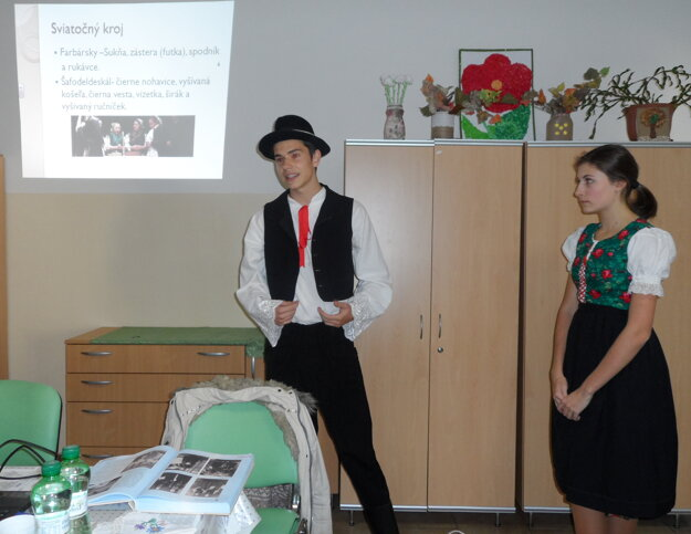 Gymnazisti prezentovali kroje
