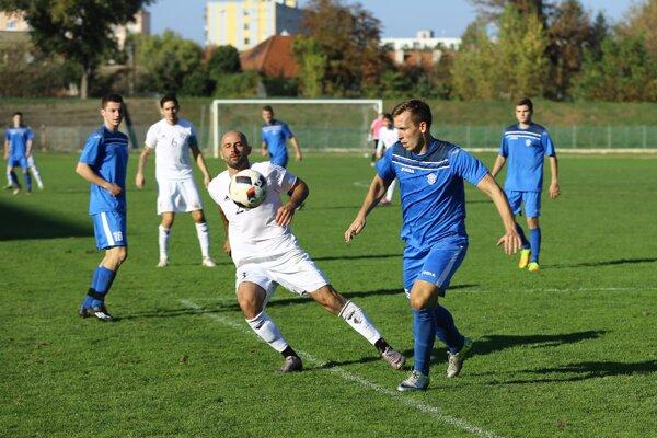 Csaba Szórád (v bielom) sa tiež uchádza o najkrajší gól jesene 2016 v regióne Nové Zámky + Komárno