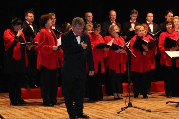 Miešaný spevácky zbor Kysuca sa predstavil vRišňovciach pod dirigentskou taktovkou Jána Procházku.