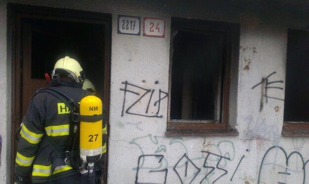 V garážach pravidelne zasahovali hasiči