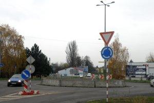 Kruhový objazd pri vstupe do Prievidze sa mnohým nepáči.