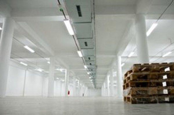 Budova je takmer prázdna, vo väčšine skladov nie je nič, len drevené palety, alebo ani tie.