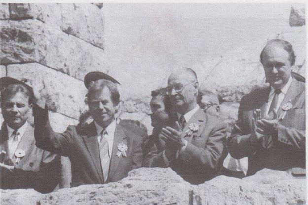 Oslavy štátnosti na Bradle v máji 1990. Na mieste posledného odpočinku M. R.Štefánika vidíte zľava R. Schustera, prezidenta ČSFR V. Havla, predsedu Federálneho zhromaždenia A. Dubčeka a predsedu federálnej vlády M. Čalfu.