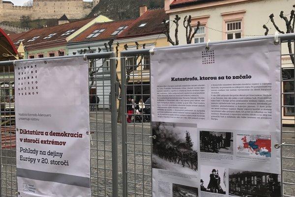 Diktatúra a demokracia v storočí extrémov - výstava na Mierovom námestí.