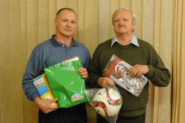 Emil Indro (vpravo) sa stal celkovým víťazom. Za druhého Marka Pavlíka prevzal cenu jeho otec (vľavo).