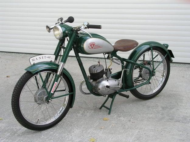 Motocykel má kolesá s drôteným výpletom a bubnovými brzdami.