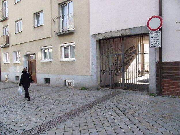 Podchod sa nachádza pod budovou, ktorá patrí samosprávnemu kraju. Bránu majú zamykať jeho vrátnici.