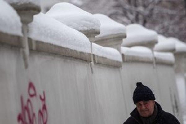 Sneh treba odpratať, ale opatrne.