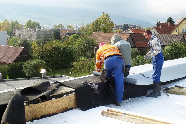 Ešte pred zimou stihla samospráva prerobiť strechu na budove centra voľného času.