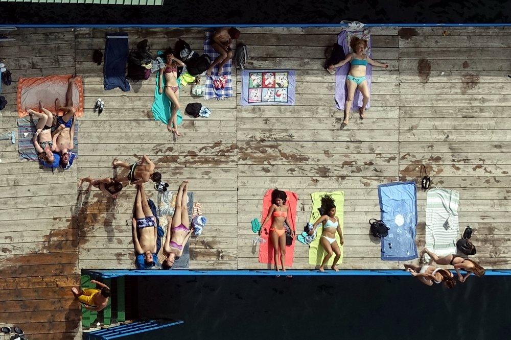 KAŽDODENNÝ ŽIVOT: Jaromír Hanzlík, voľný fotograf - Slnečné kúpele v Sorrentu. Amalfské pobrežie v Taliansku je tak členité a skalnaté, že úzke pláže možno pozorovať z útesov vtáčim pohľadom. V Sorrentu je úzka pláž nadstavená mólom k opaľovaniu.