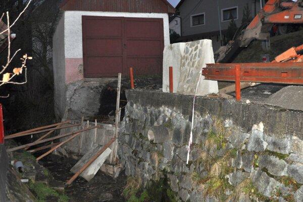 Práce na oprave poškodeného múra začali.