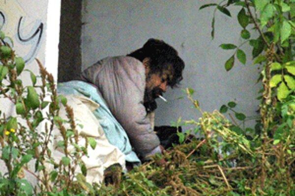 Bezdomovci neraz aj v mrazoch prespávajú na rôznych miestach.