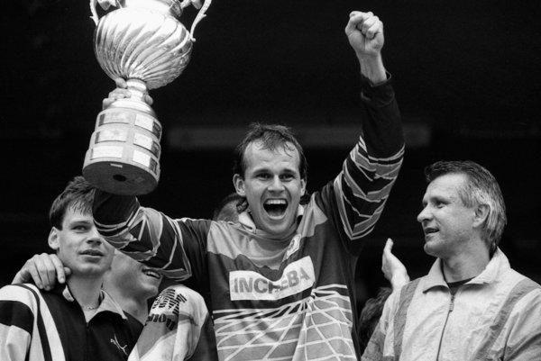 Alexander Vencel mladší oslavuje titul majstra ČSFR pre Slovan - píše sa rok 1992.