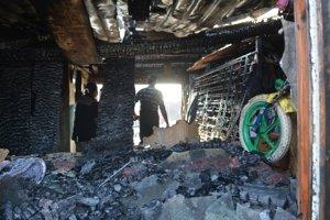 Spúšť po požiari. Domáci začali okamžite upratovať.